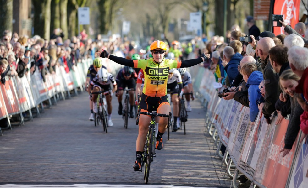 Chloe Hosking announced her contract renewal with Alé Cipollini on Monday.  The Australian was a marquee signing by the Italian team for 2017. 385b4093d